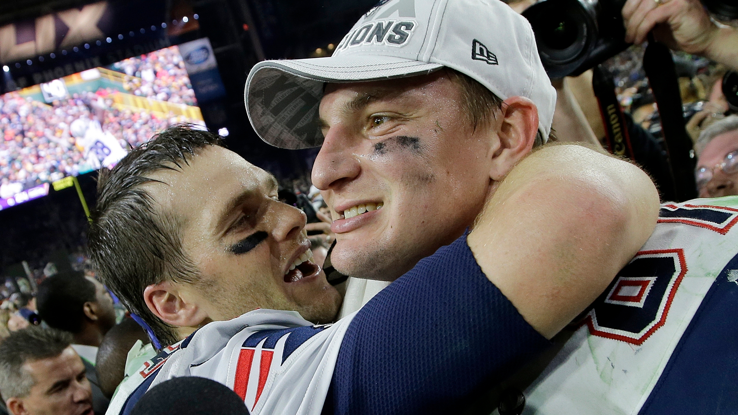 Twitter reacts to Patriots' Rob Gronkowski heading to Tom Brady's Bucs